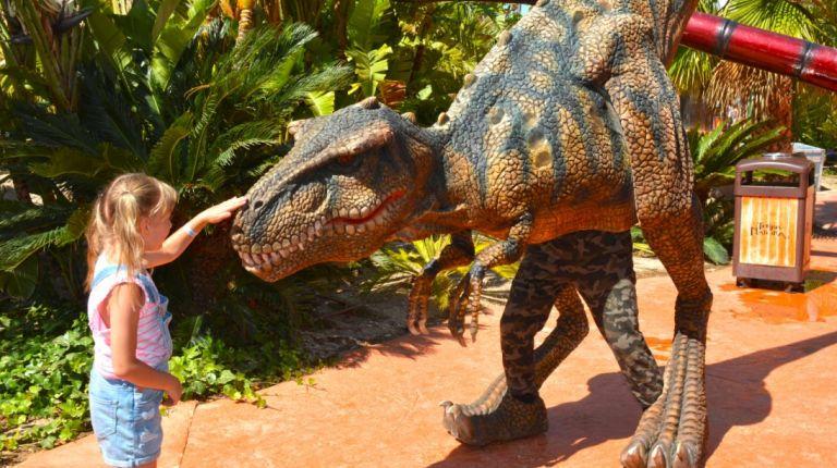 Llegan dos dinosaurios animados T-rex a Terra Natura Benidorm