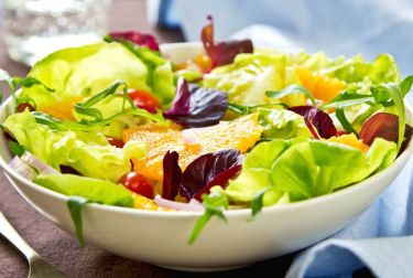 Ensalada con vitaminas: naranja, fresas y atún